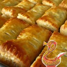 Пирожки из слоеного теста со свининой и кукурузой