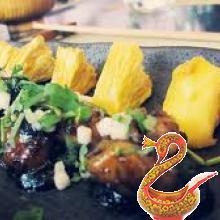 Шашлык из креветок с ананасом под соусом из черного перца