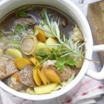 Капуста с большим количеством овощей и тремя видами мяса